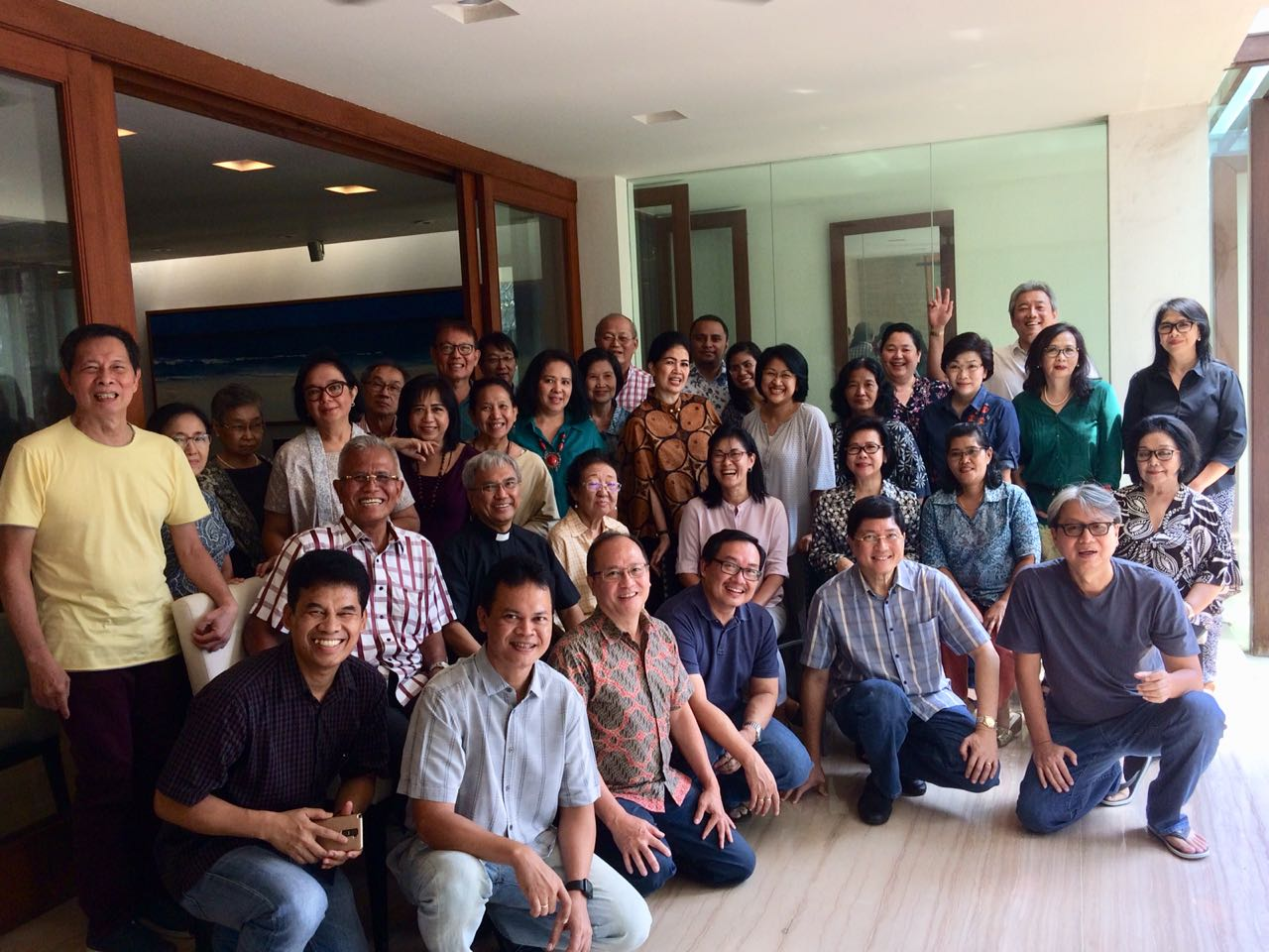 Foto bersama umat lingkungan Felicitas dan Anastasia.